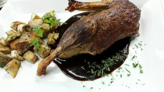 1/2 gefüllte Nantaiser Ente in Rotweinsoße mit Pfifferlingen, Kartoffelrösti und Salaten
