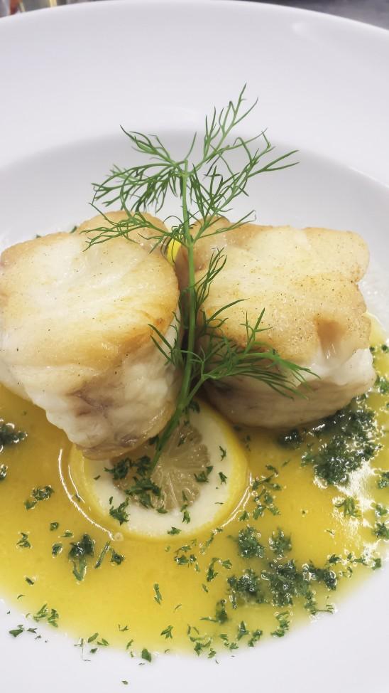 Seeteufelfilet auf Zitronenbutter mit Kartoffeln und Salaten