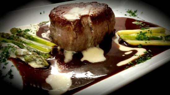 Angus-Rinderfilet in Rotweinsauce mit Spargel à la crème, Kartoffelrösti und Salaten