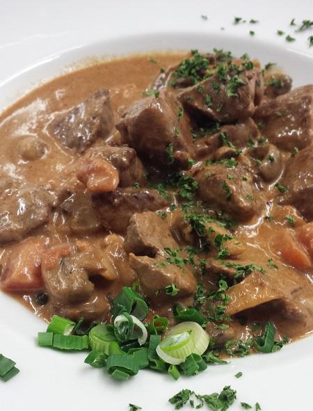 Rinderfilet-Rahm-Gulasch mit Champignons, Spätzle und Salaten