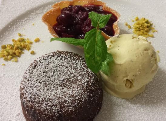 Schokoladen-Soufflé mit Vanilleeis und Ziegler-Kirschen