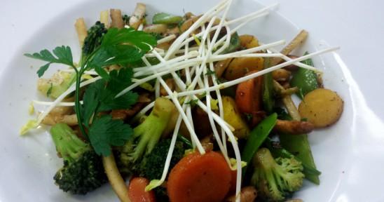 Gemüsepfanne mit Curry, Kartoffelrösti und Salaten