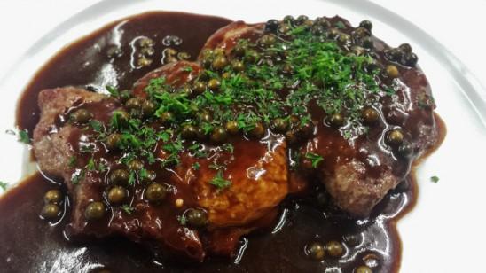 Schweinekammsteak mit Grünem Pfeffer in Cognacsauce, Kroketten und Salaten