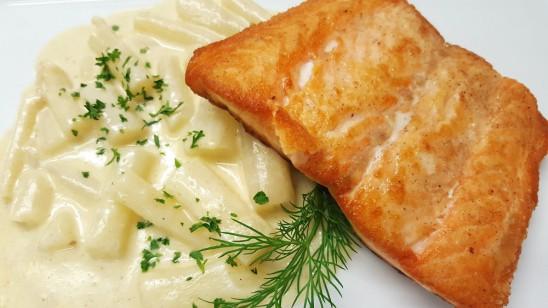 gebratener Schottischer Lachs auf Schwarzwurzeln á la créme mit Nudeln und Salaten