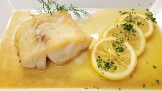 Gebratenes Kabeljaufilet in Zitronen-Petersilien-Butter, Kartoffeln und Salaten