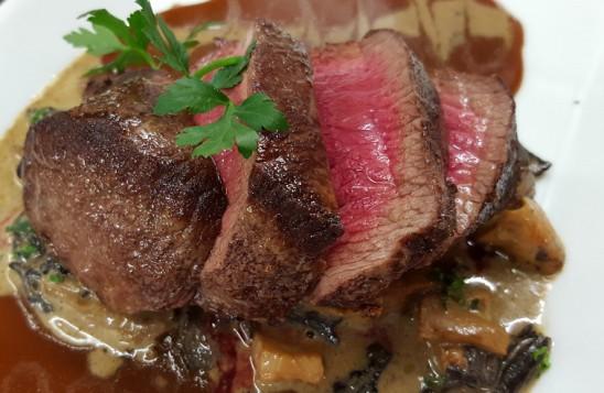 Hirschrücken in Rotweinsauce mit Kartoffelrösti und Salaten