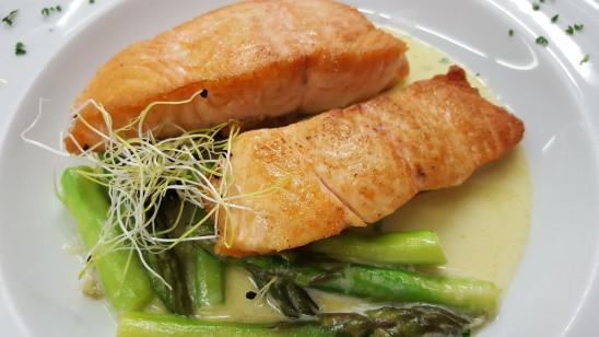gebratener Schottischer Lachs auf Spargel à la crème mit Nudeln und Salaten