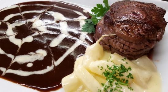 Angus-Rinderfilet in Rotweinsauce mit Schwarzwurzeln à la crème, Kartoffelrösti und Salaten