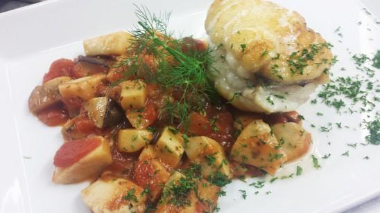 Seeteufelfilet auf Pfifferlingen in Kräuter-Tomaten-Sauce mit Kartoffeln und Salaten