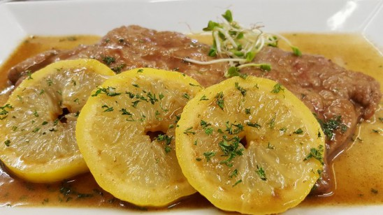 Kalbsrückenschnitzel in Zitronen-Petersilien-Butter mit Kartoffeln und Salaten