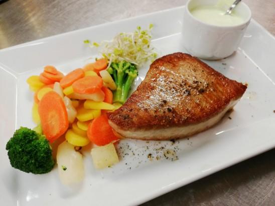 Yellow-Fin-Thunfisch-Steak (innen roh) mit Gemüse, Wasabicreme, Röstisticks und Salaten